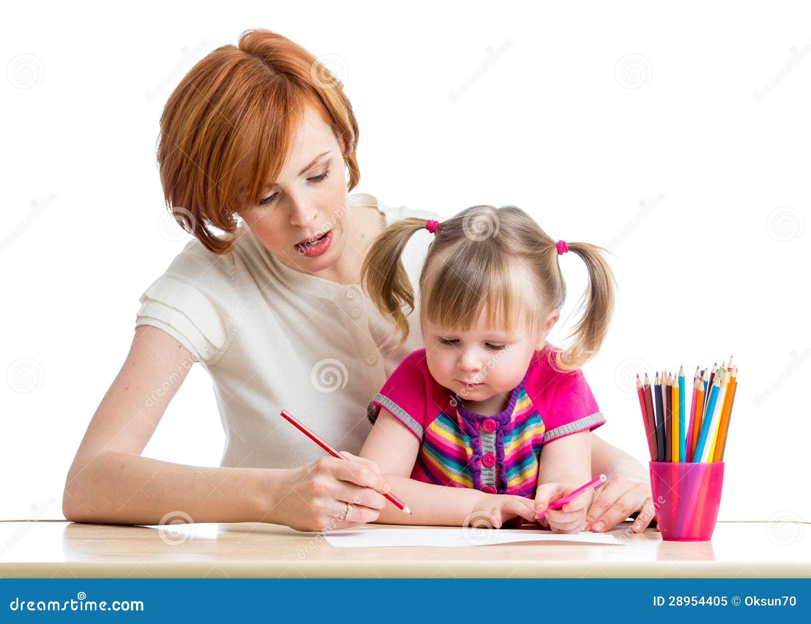 Macierzysty i córka jej dziecka dziewczyny ołówek wpólnie