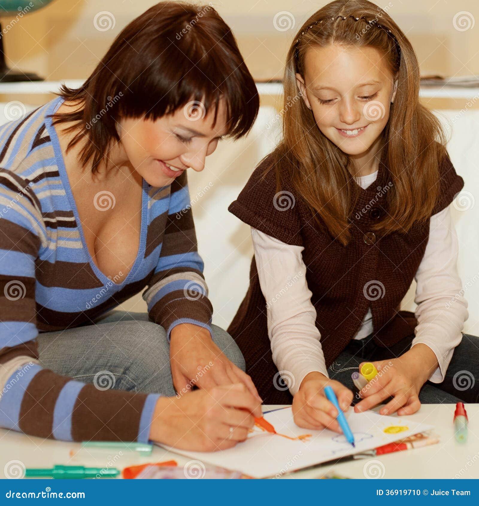 Macierzysty i córka jej rysunek.