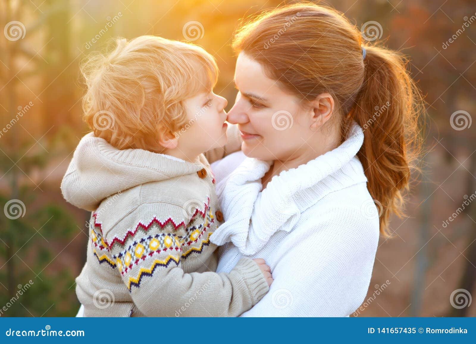 Macierzysty i mały syn w, outdoors Ściskający zabawę wpólnie i mieć Szczęśliwa berbeć chłopiec mum i potomstwa, dzieciak