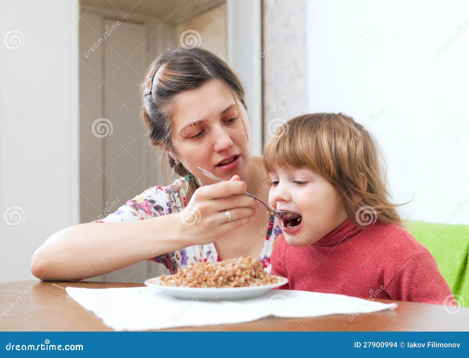 Macierzysty karmienie dziecko jej 2 rok