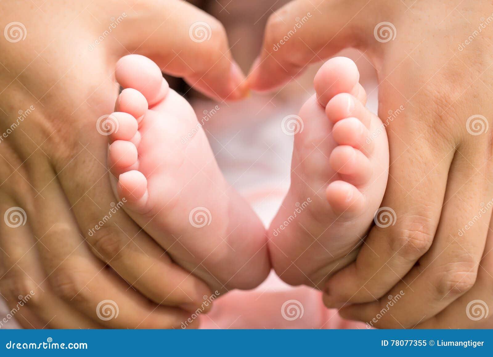 Macierzysty mienia baby& x27; s cieki
