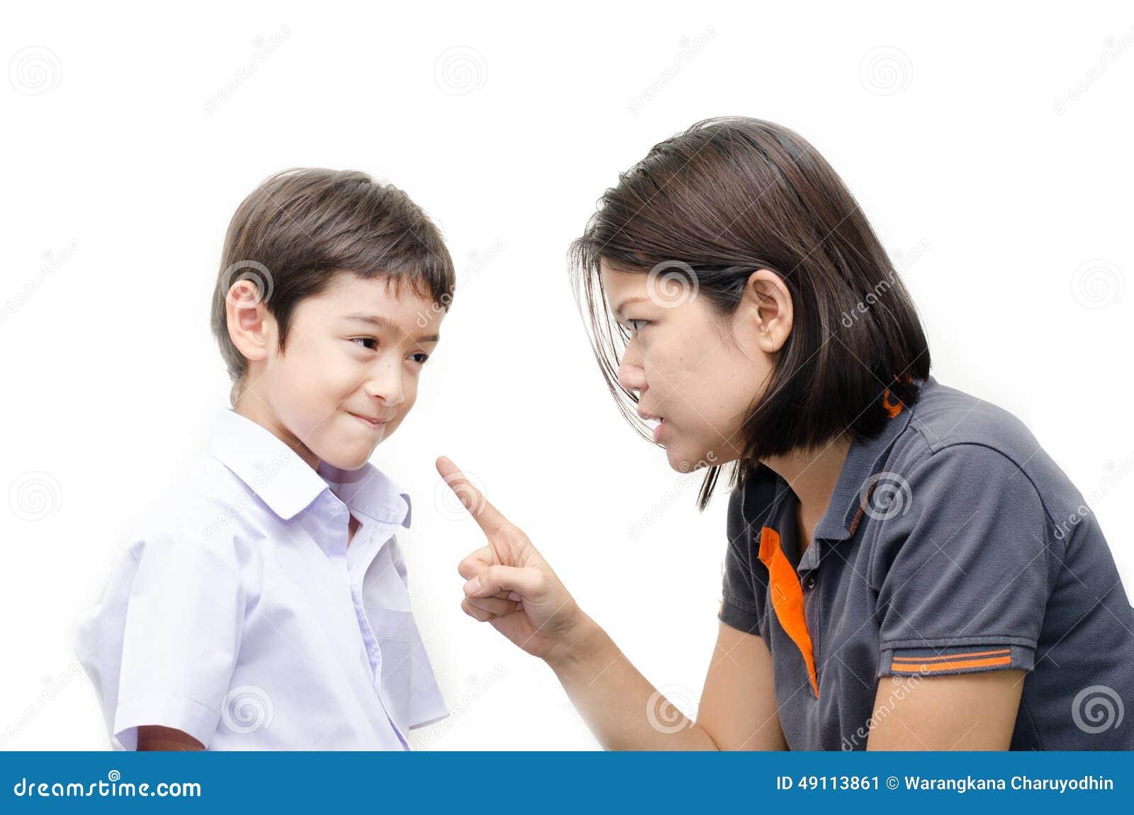 Macierzysty nauczanie jej płaczu syn na białym tle
