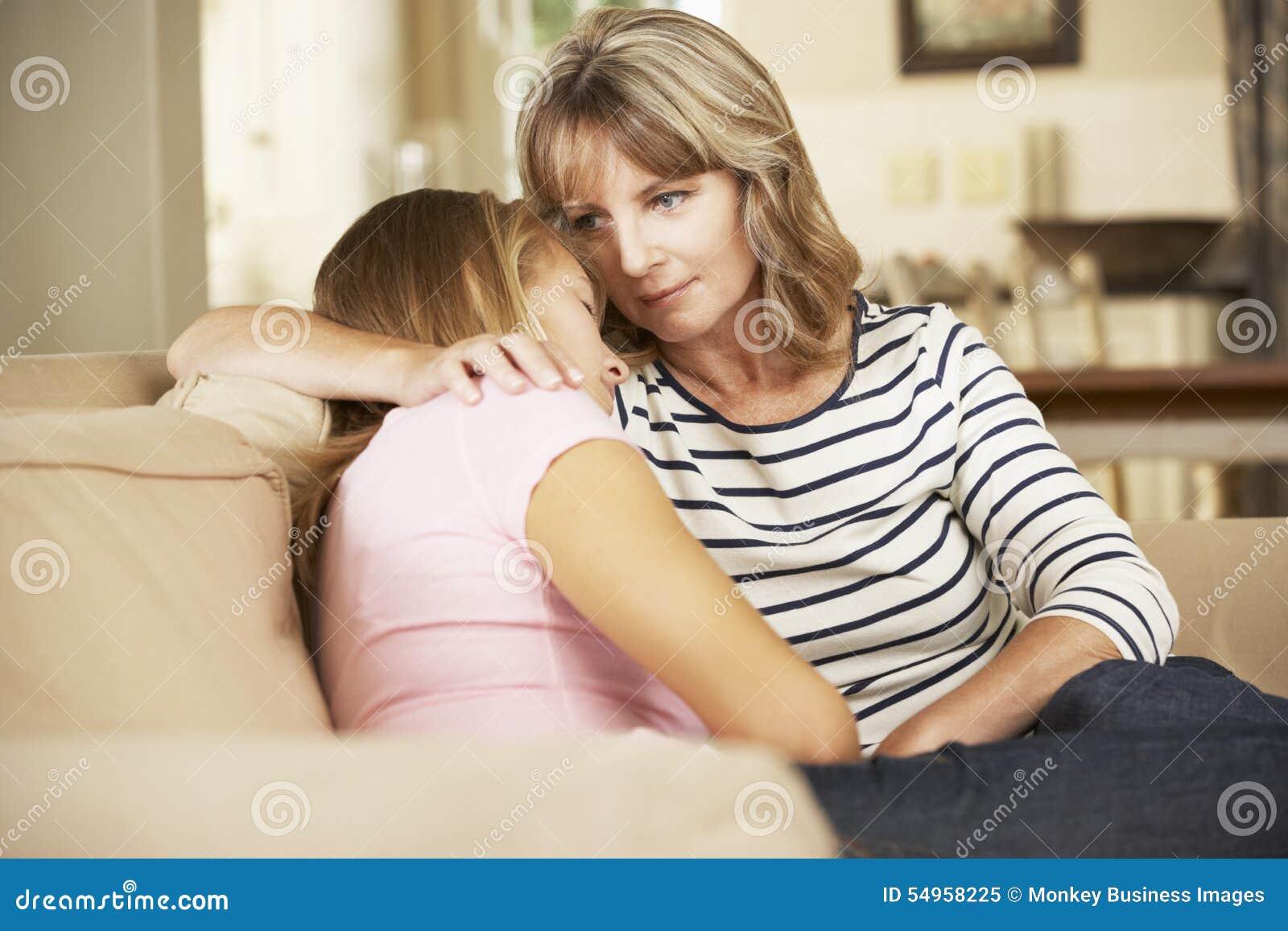 Macierzysty Pociesza Nastoletniej córki obsiadanie Na kanapie W Domu