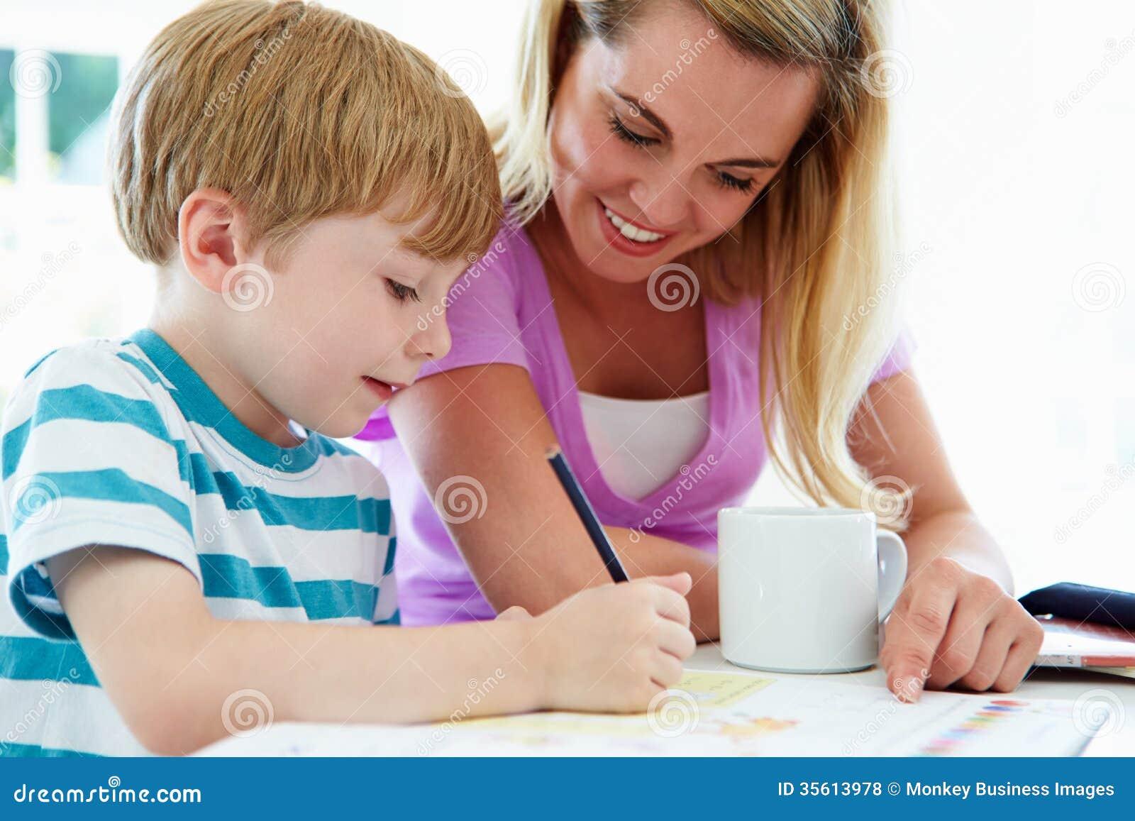 Macierzysty Pomaga syn Z pracą domową W kuchni