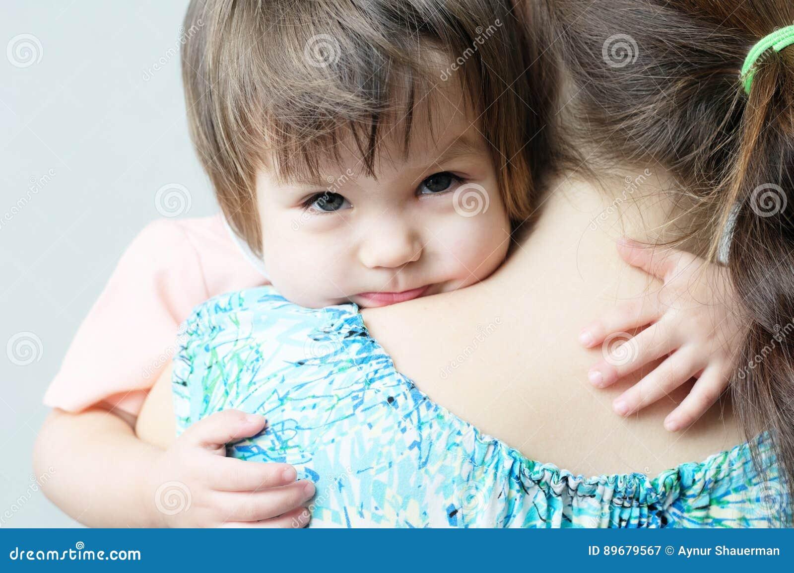 Macierzysty przytulenia dziecko, fizyczny kontakt, związki rodzinni, cuddling dziecko dla fizycznej afekci, komunikuje szczęśliwe