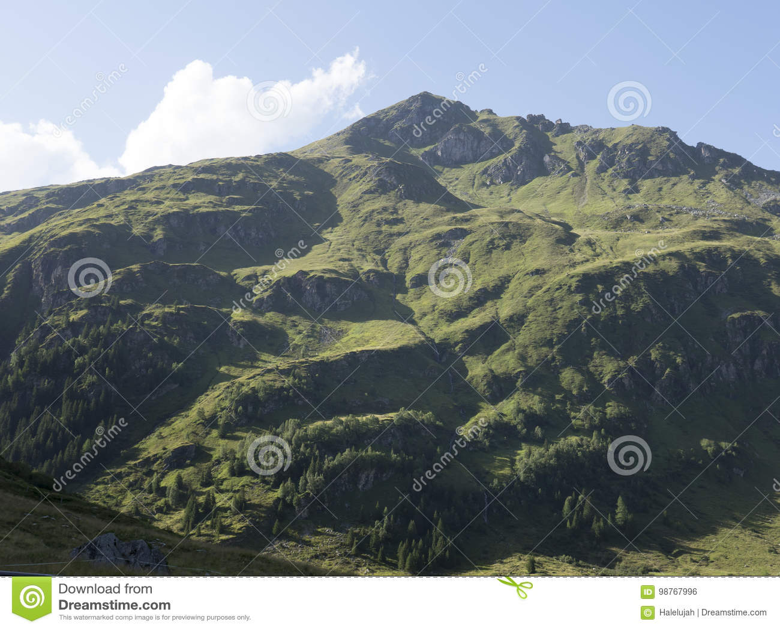 Macizo alpino, barranco alpino hermoso en Austria Valle alpino de Gastein en verano