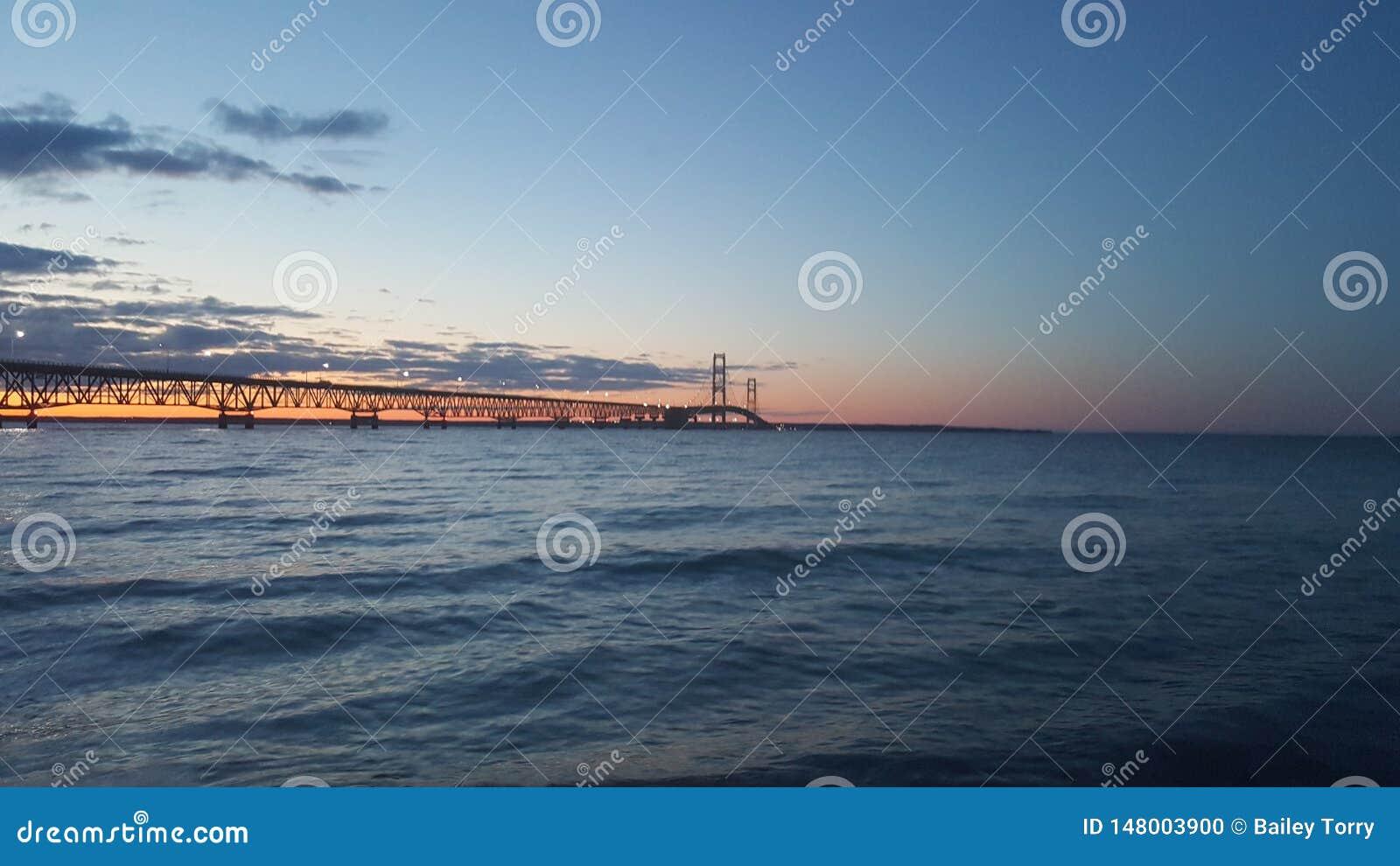Mackinac most na wodnym zmierzchu