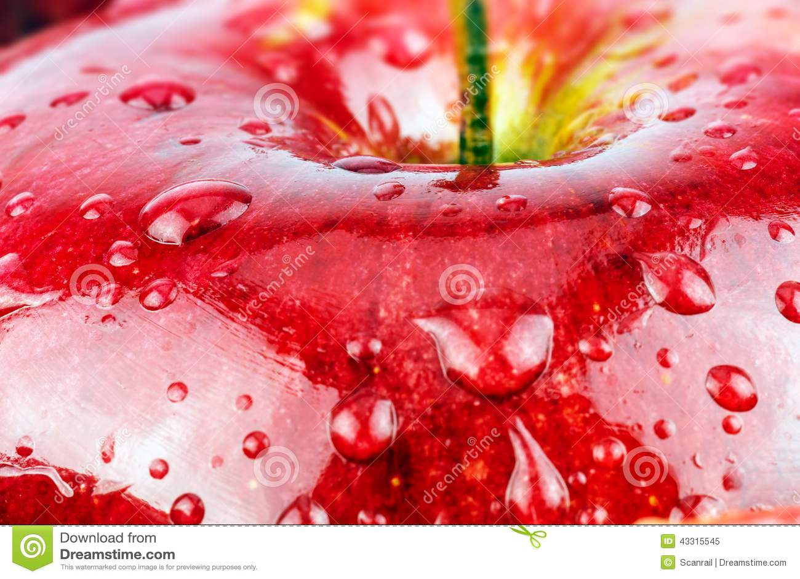 Macro da maçã molhada vermelha fresca
