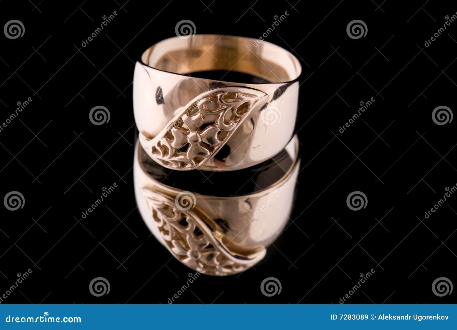 Macro de oro del anillo en negro