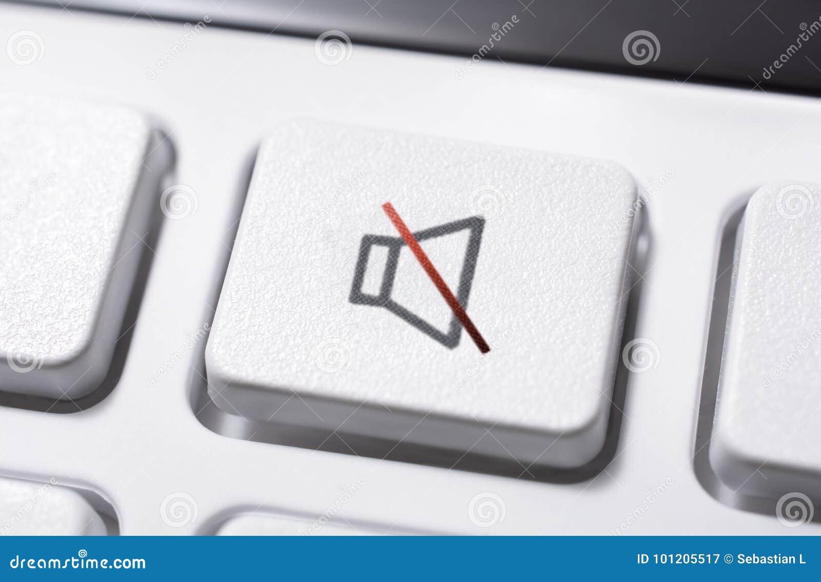 Macro de um botão branco do mudo do volume de um controlo a distância branco para um sistema de áudio estereofônico de alta fidel
