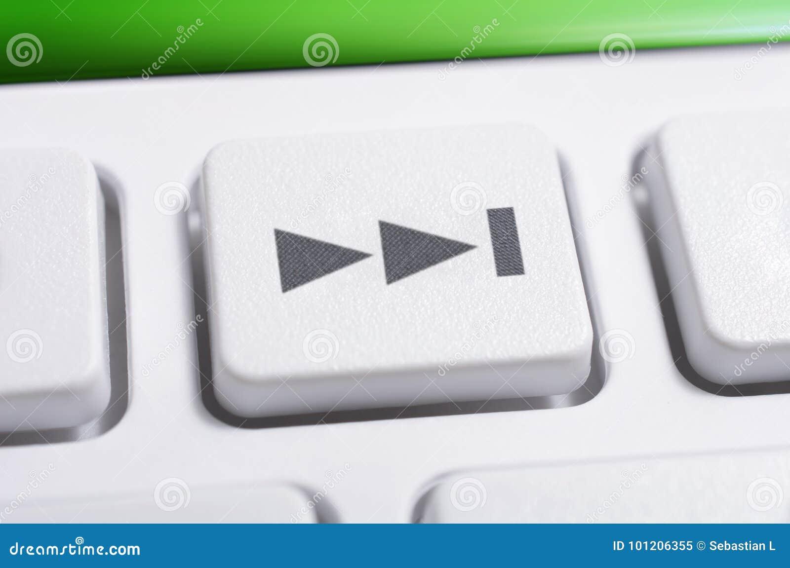 Macro de um botão dianteiro da faixa clara branca de um controlo a distância branco para um sistema de áudio estereofônico de alt
