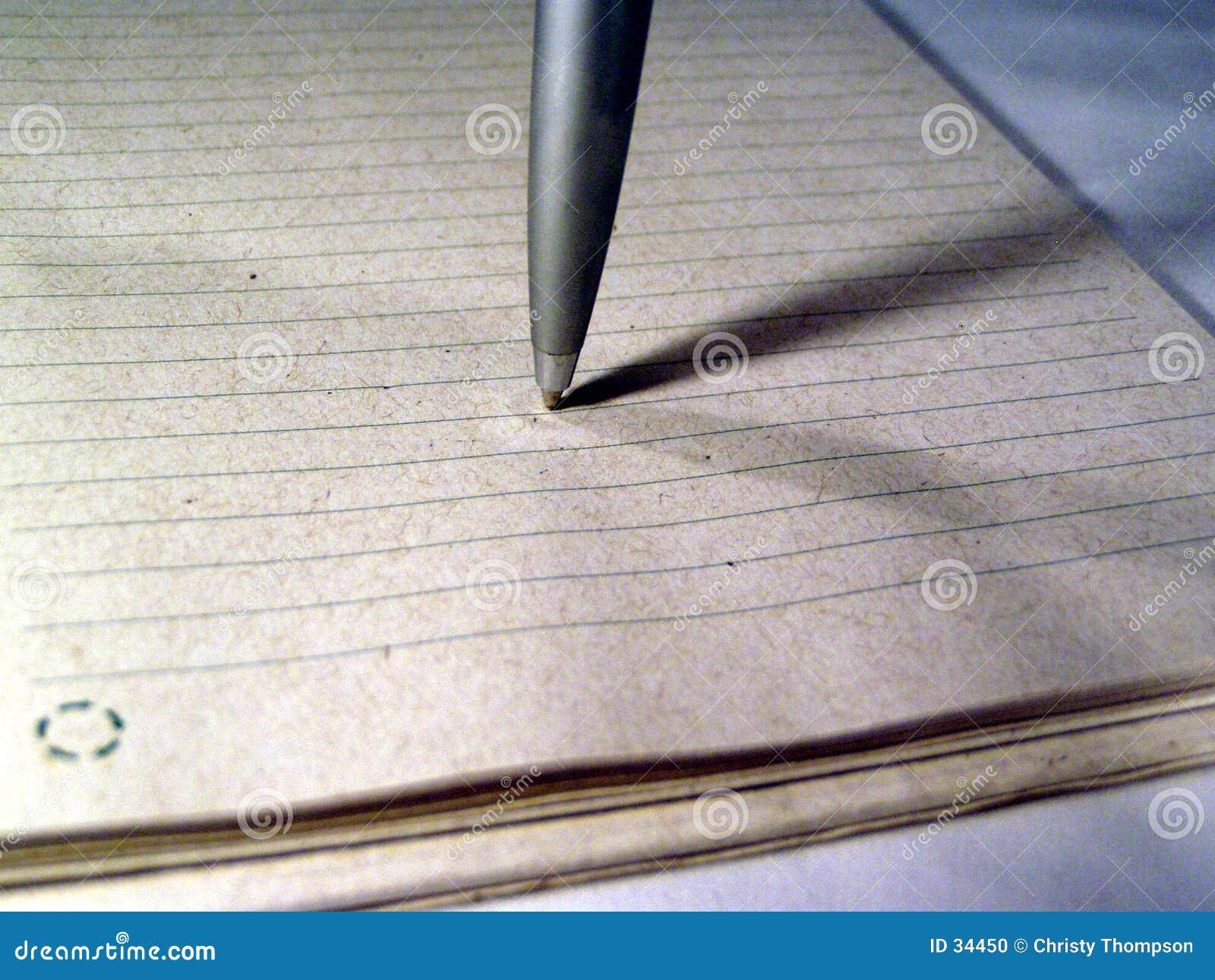 Macro de uma pena no papel