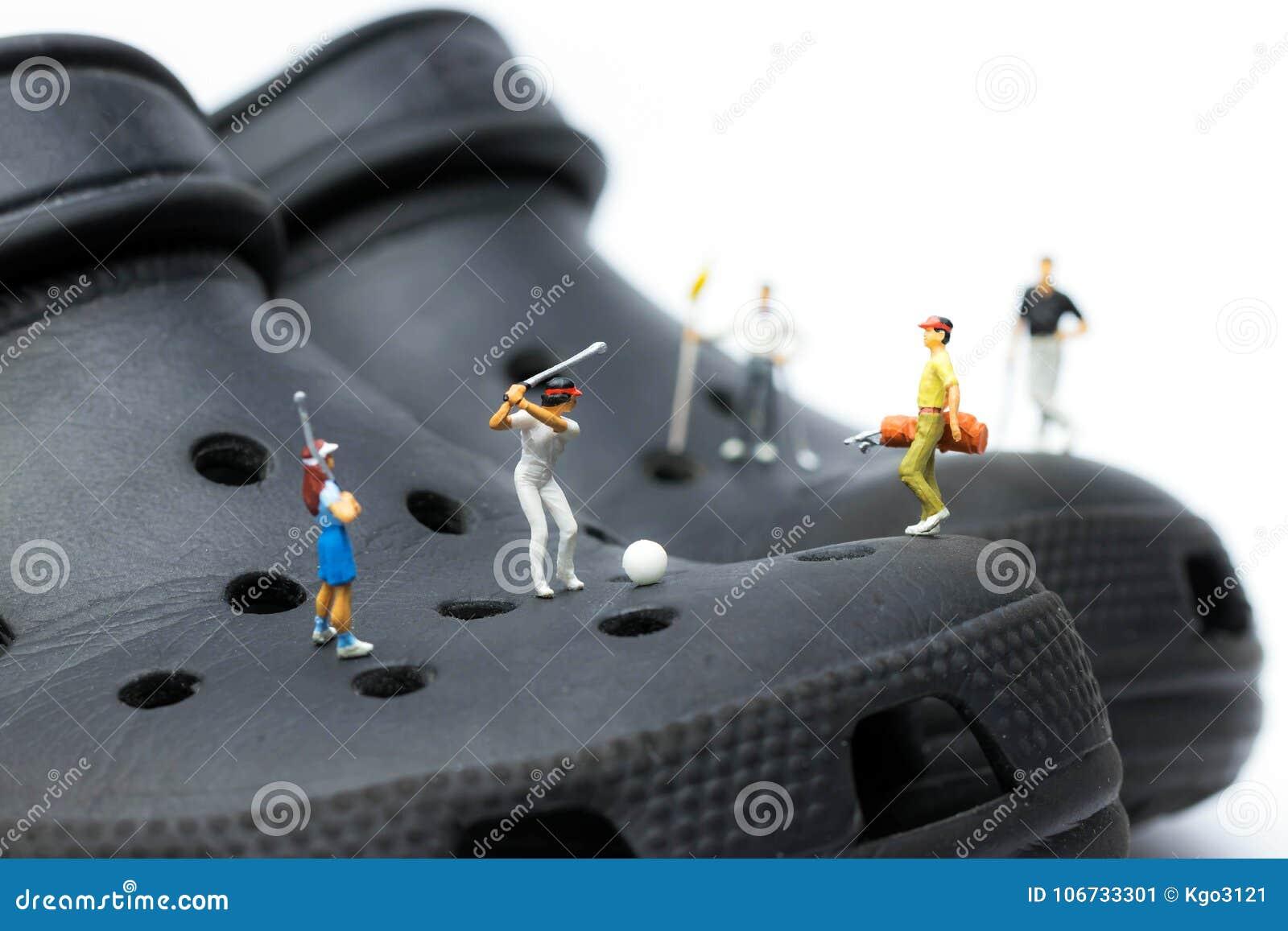 Macro dei giocatori di golf miniatura sugli impedimenti