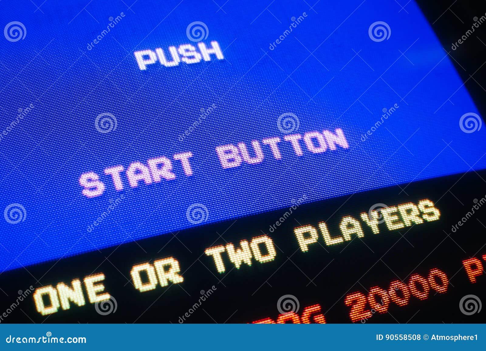 Macro del detalle de un viejo videojuego del vintage con la tecla de partida del empuje del texto