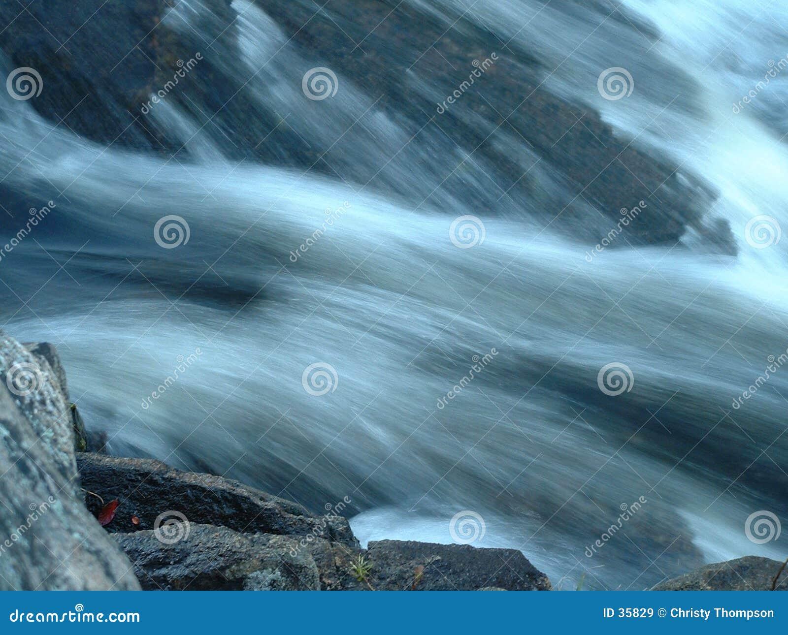 Macro delle rocce scorrendo veloce acqua