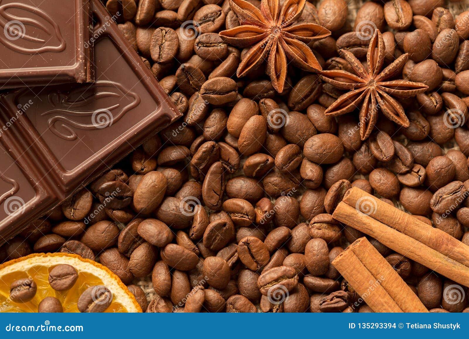 Macro dos ingredientes de Brown: estrela do anis, varas de canela e feijões de café Vista superior