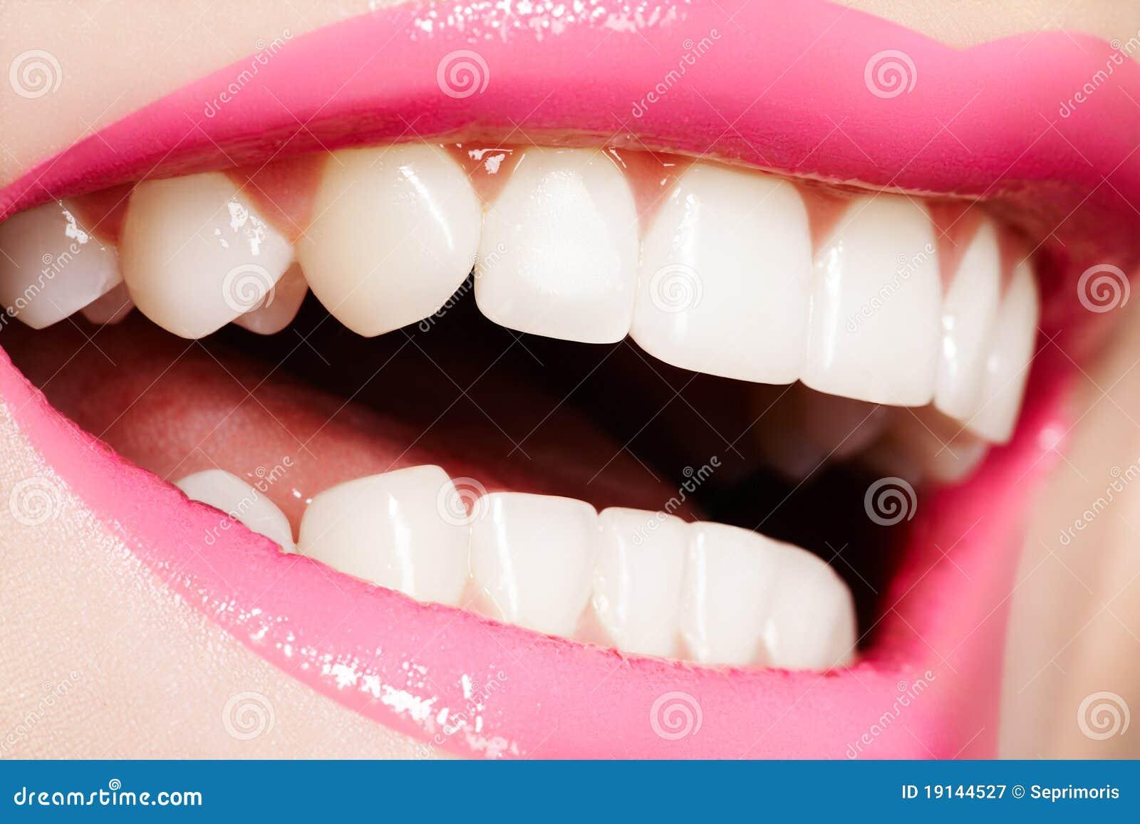 Macro gelukkige vrouwelijke glimlach met gezonde witte tanden