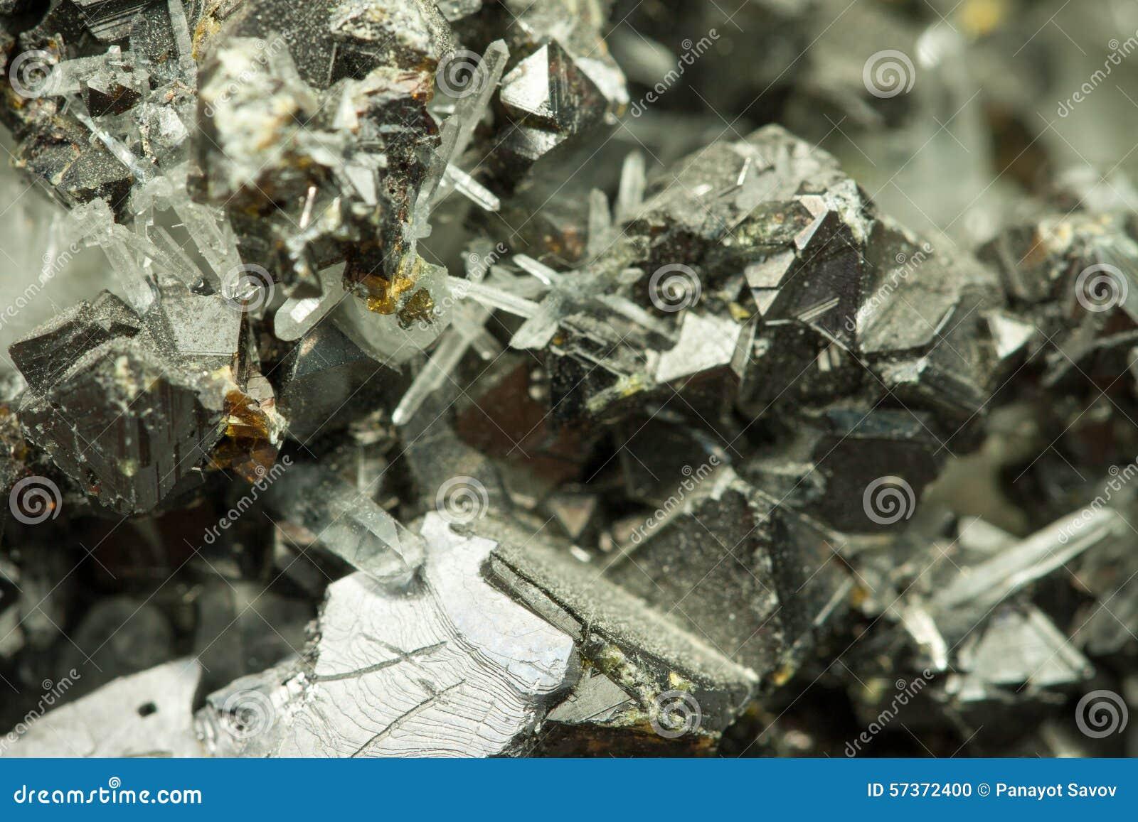 Macro immagine del primo piano del minerale metallifero dello zinco della grafite con struttura caotica irregolare