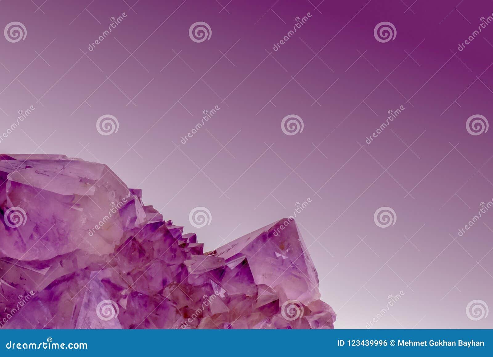 Macro immagine di sfondo dei cristalli ametisti su colore viola scuro