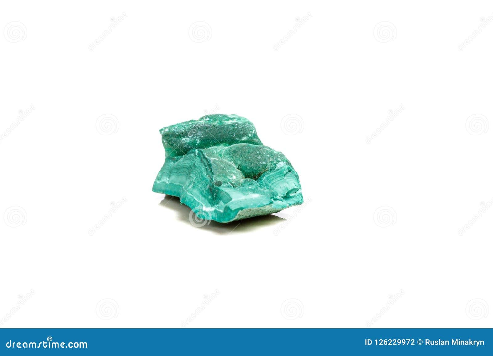 Macro malachite di pietra minerale nella roccia su un fondo bianco