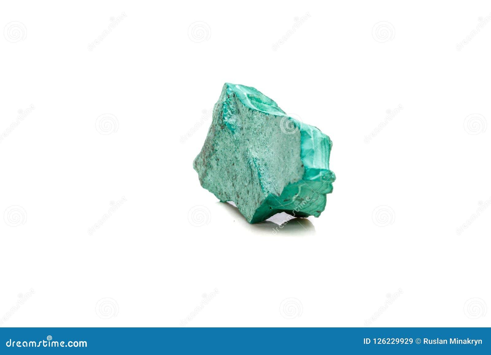 Macro malachite en pierre minérale dans la roche sur un fond blanc