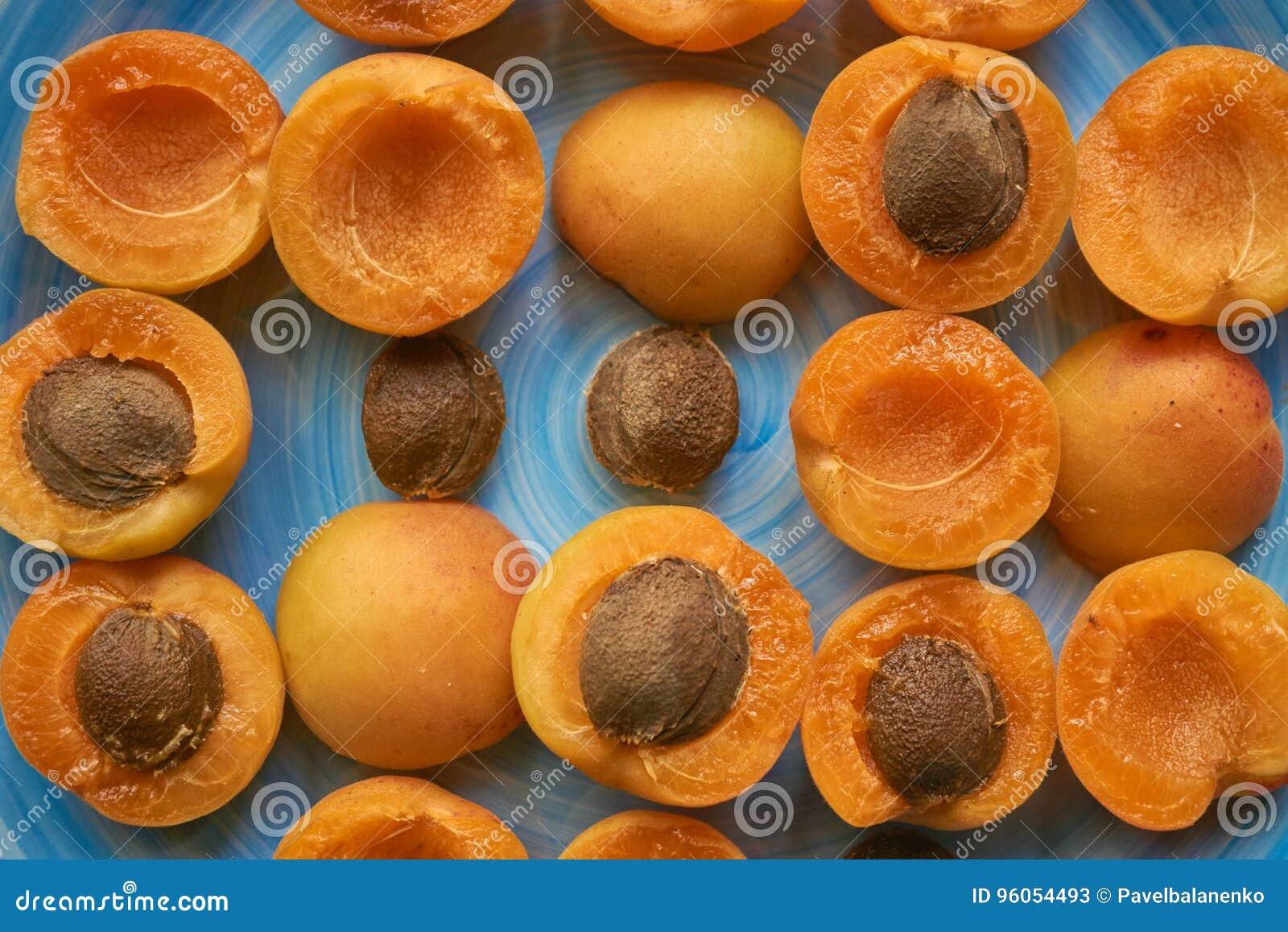 Macro modèle des abricots d un plat bleu