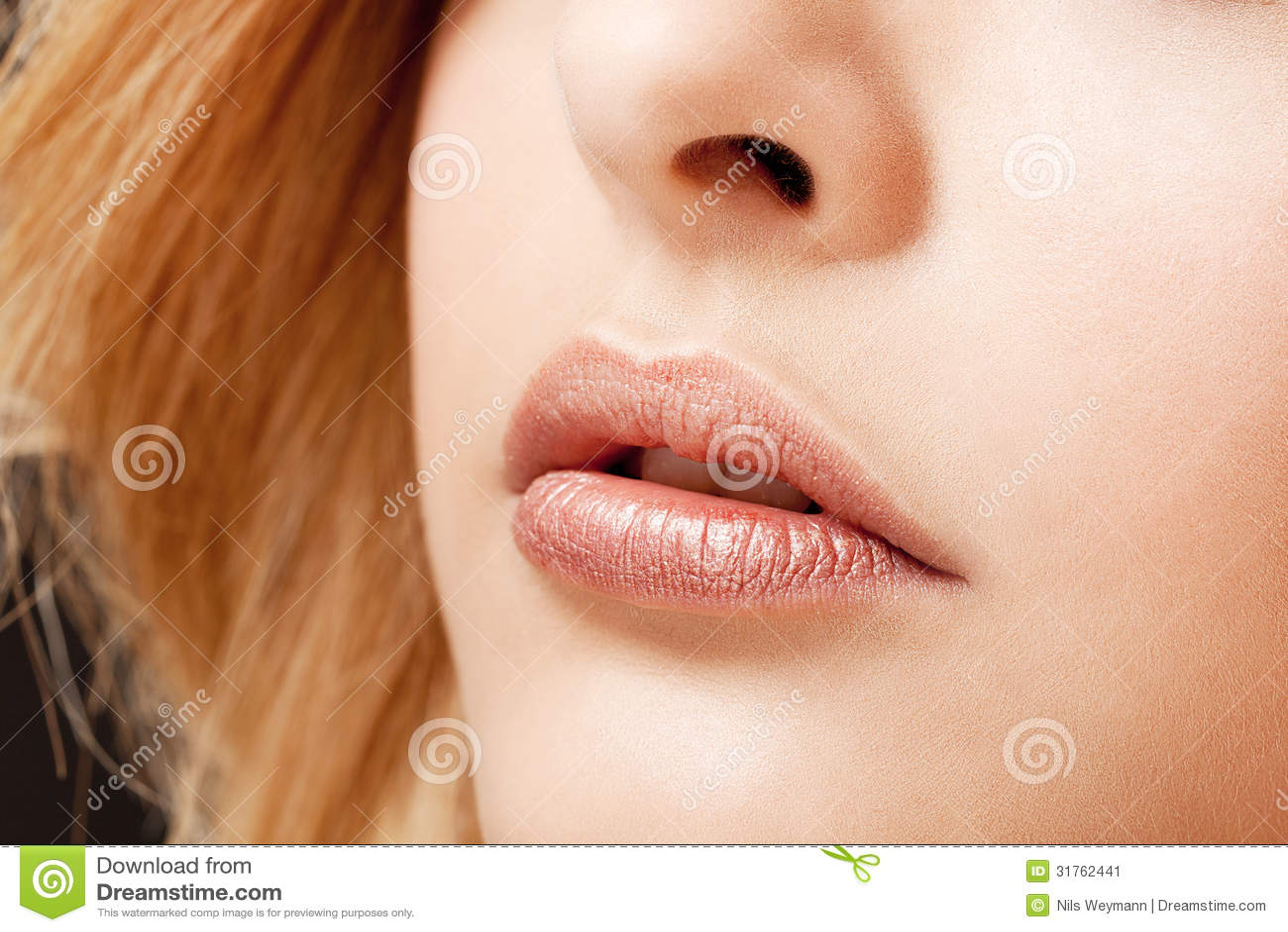 Macro naturel de maquillage de lèvres de beau portrait de jeune femme