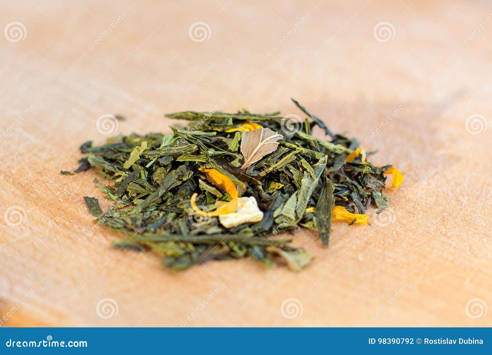 Macro photo de thé La composition du tas de la fleur sèche de ketmie située  sur un conseil en bois Thé naturel vert avec des feuilles des fleurs 39577175b2a