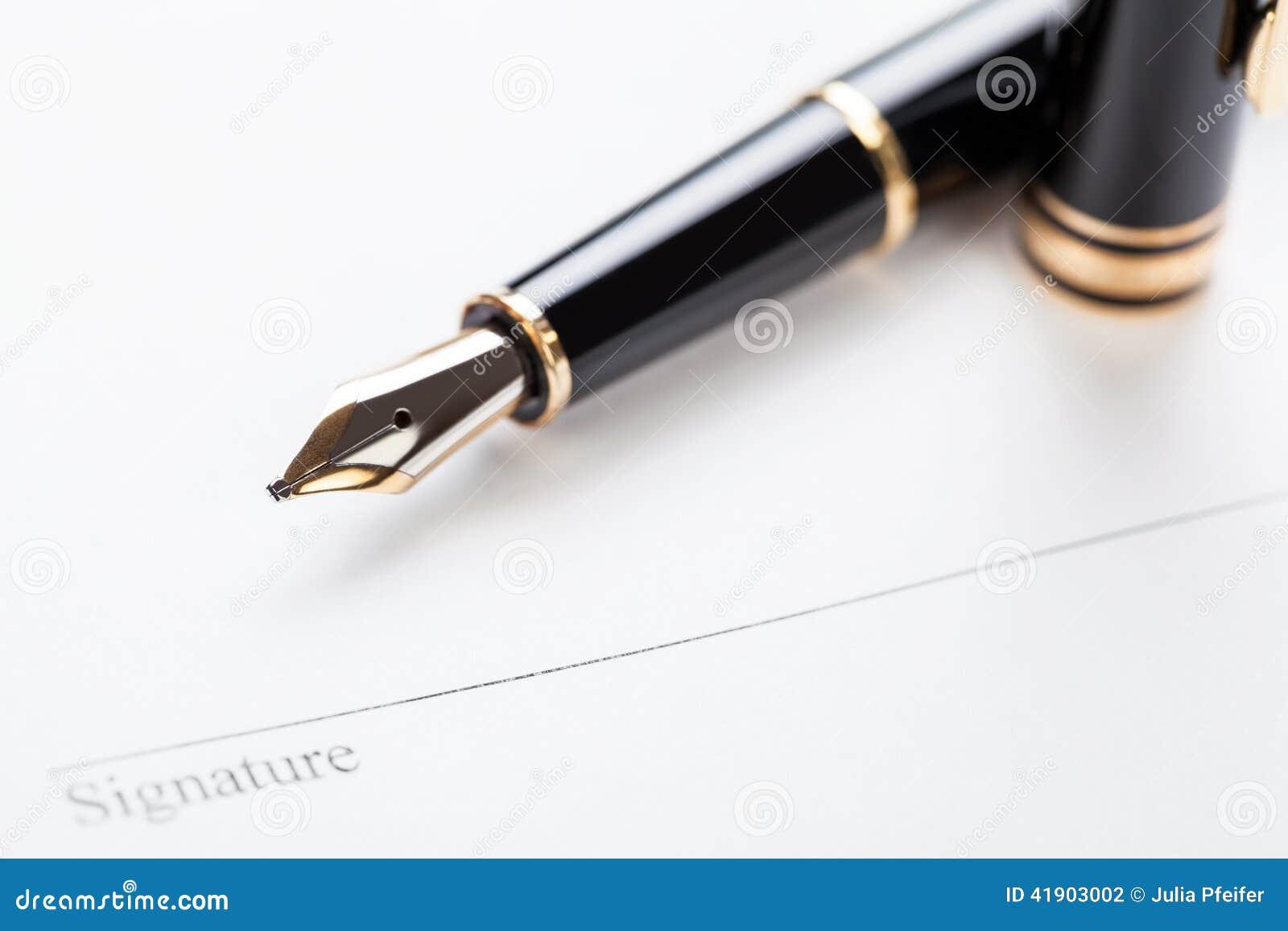 Macro riempitore della penna del contratto del documento del segno del primo piano
