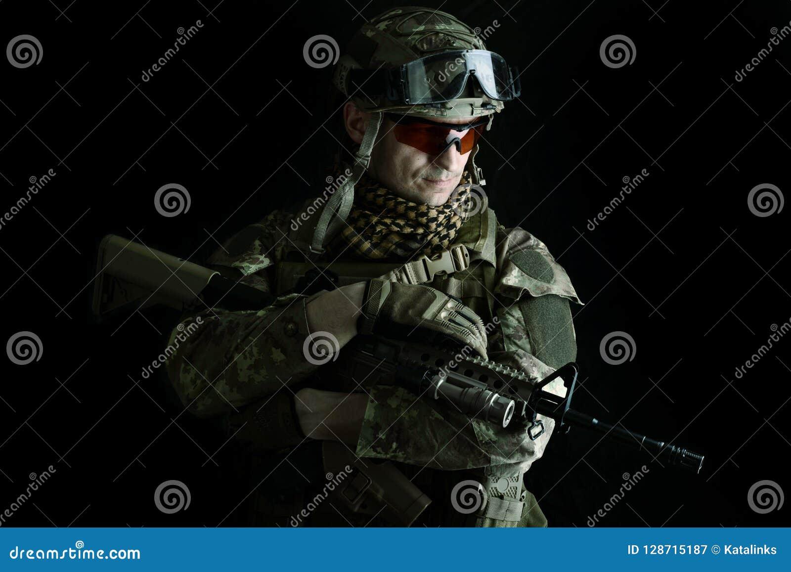 Macro ritratto di un tiratore franco del militare