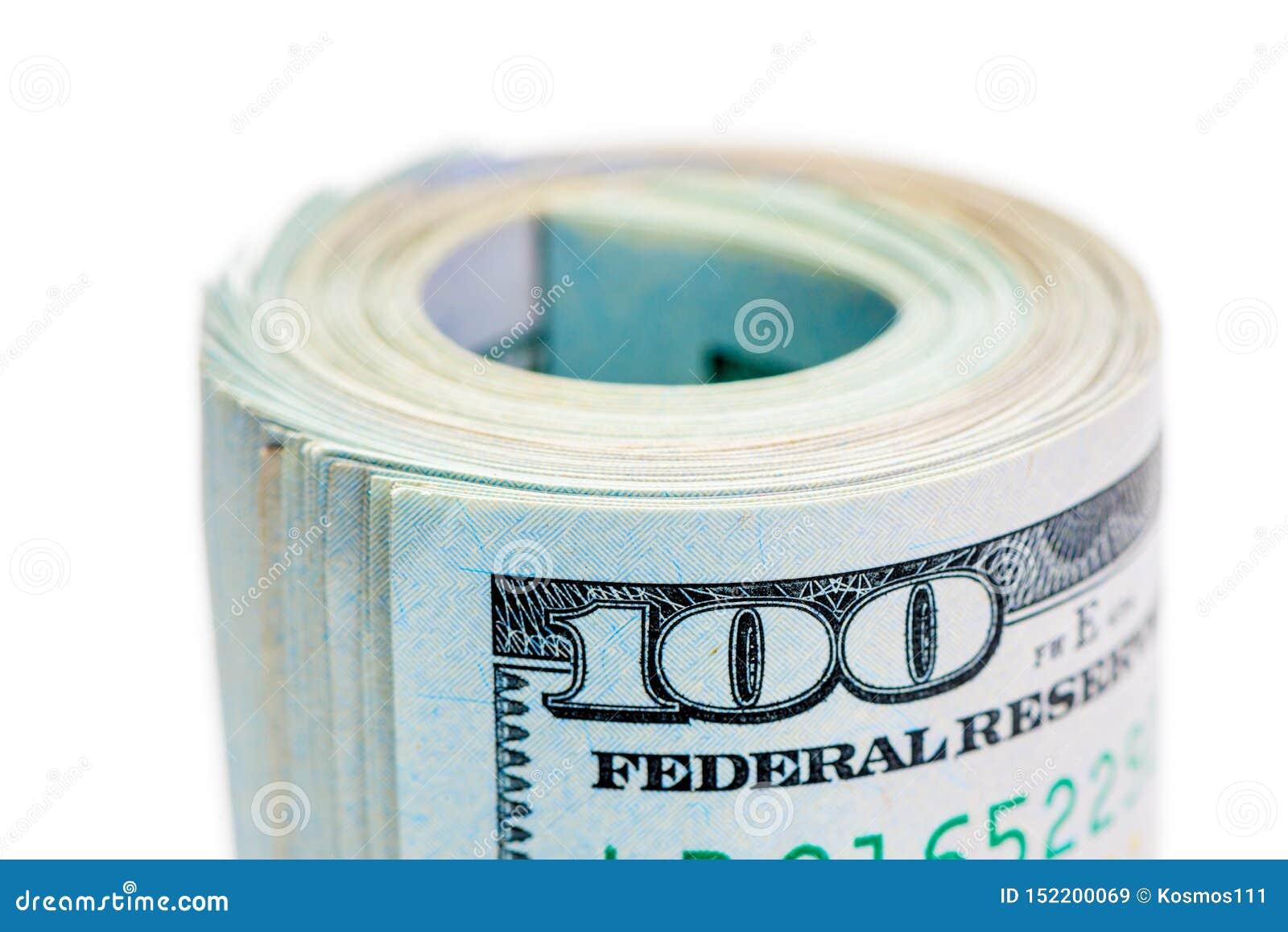 Macro rotolo delle 100 banconote in dollari acciambellate e stretto dall elastico su fondo bianco