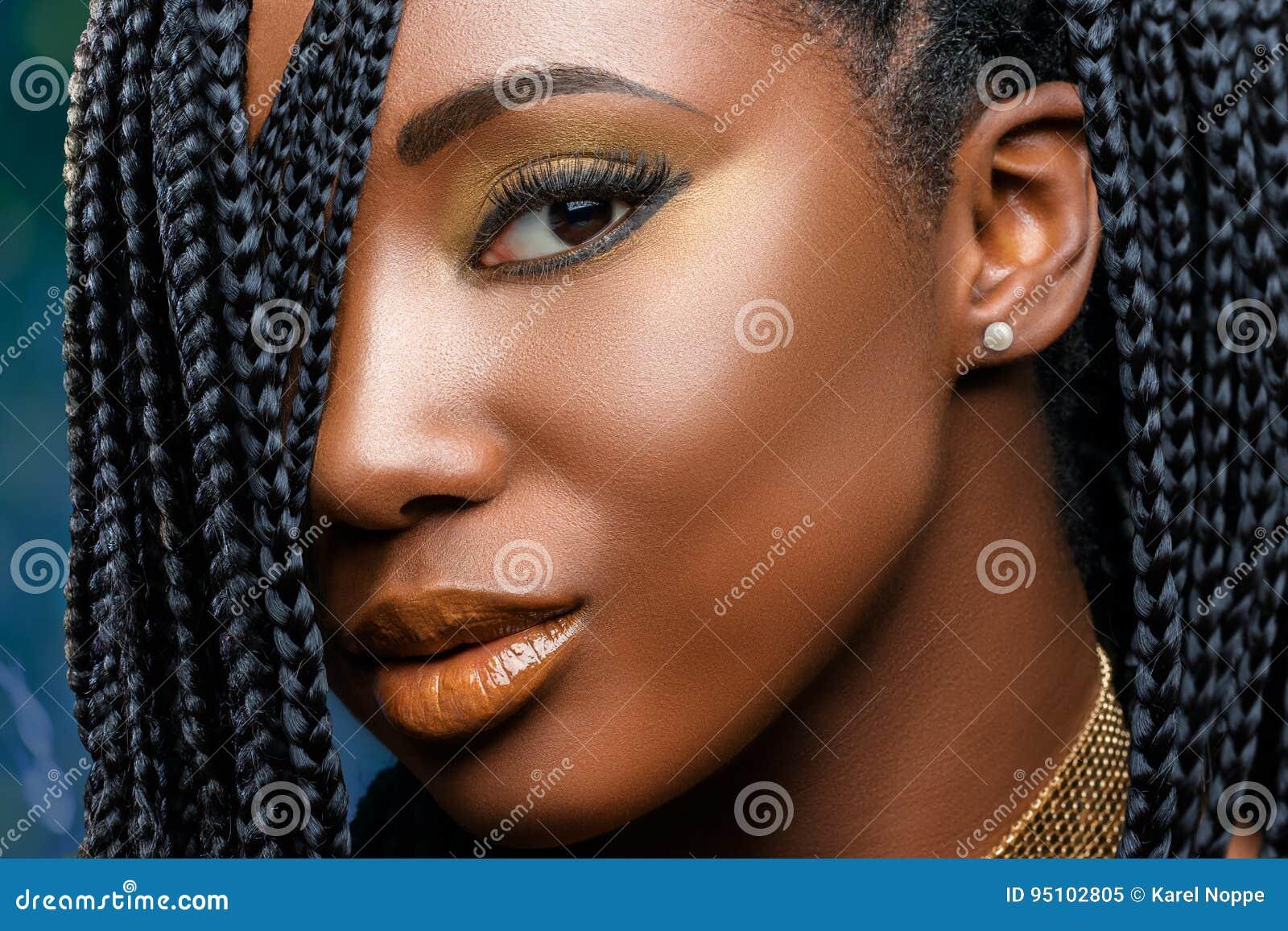 Macrodieschoonheidsgezicht Van Afrikaans Meisje Met Vlechten Wordt
