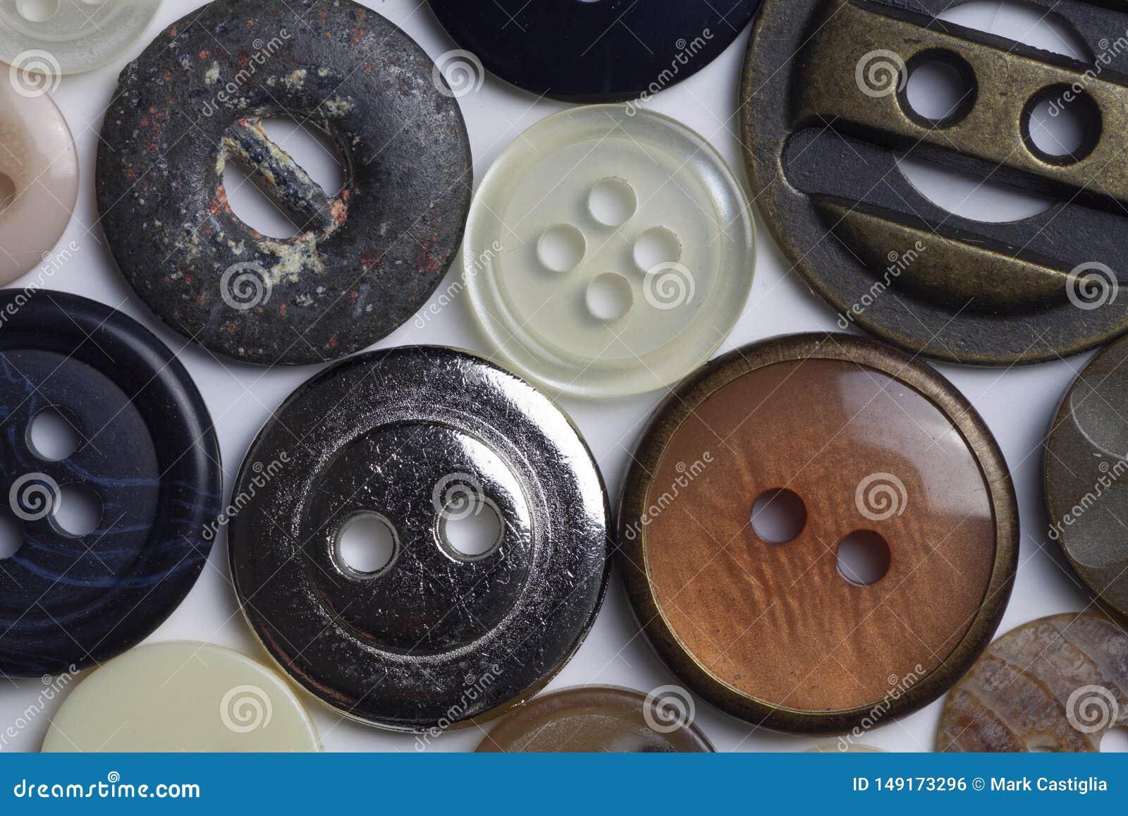 Macromening van knopen en bevestigingsmiddelen met geassorteerde kleuren en texturen