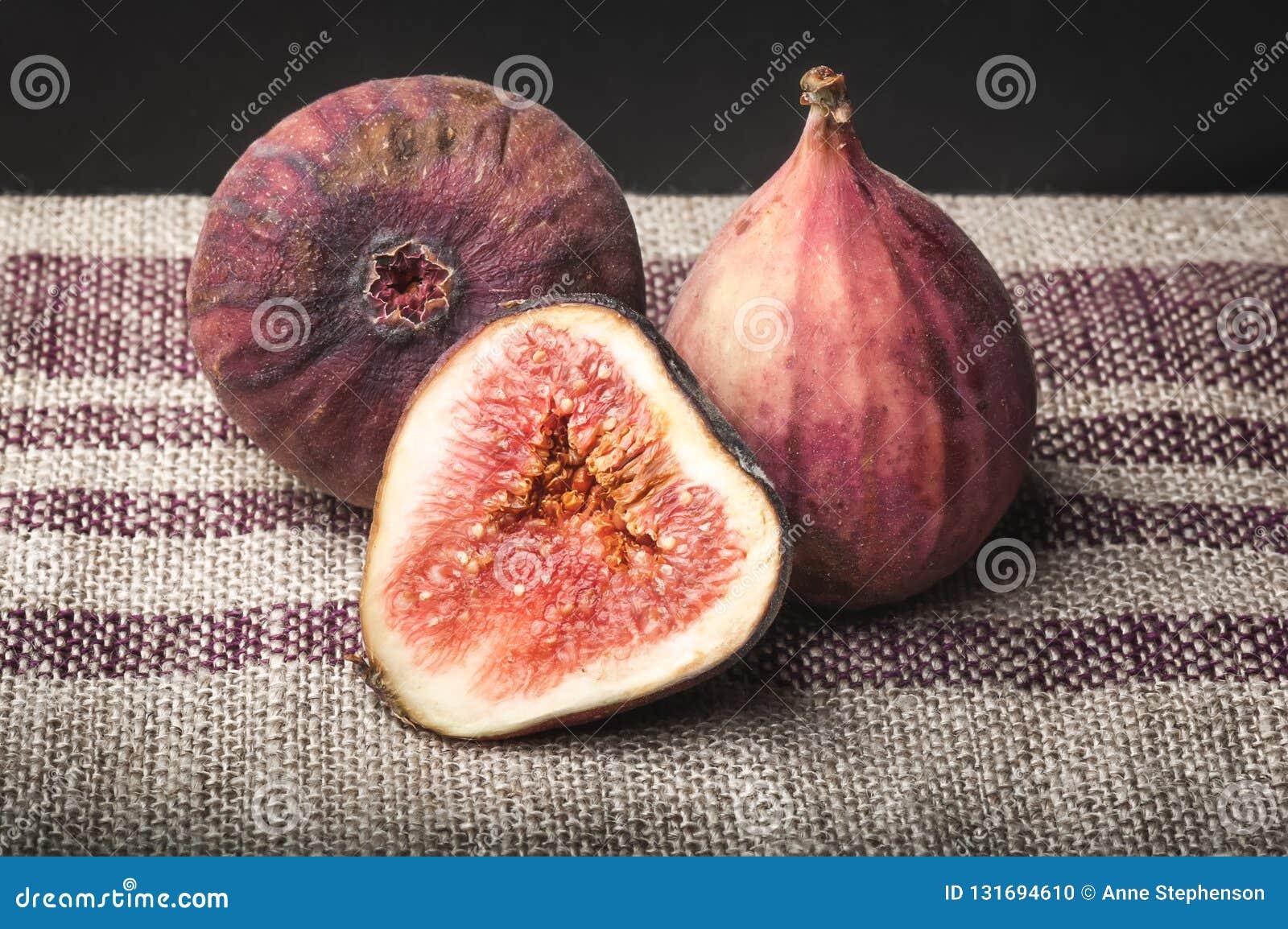Macromening van verse bruine fig. op gestreepte linnenhanddoek