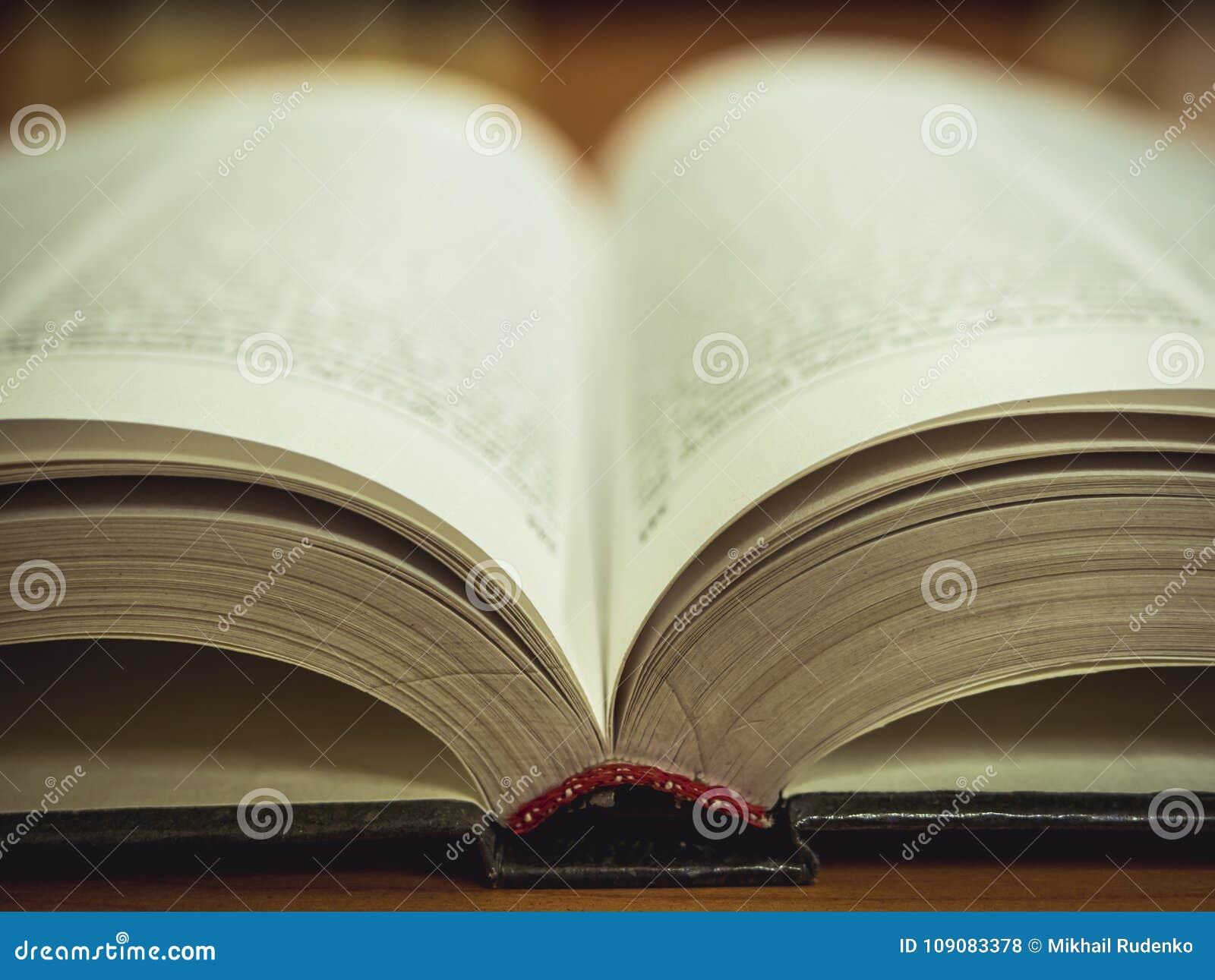 Macroschot van het geopende boek op de lijst