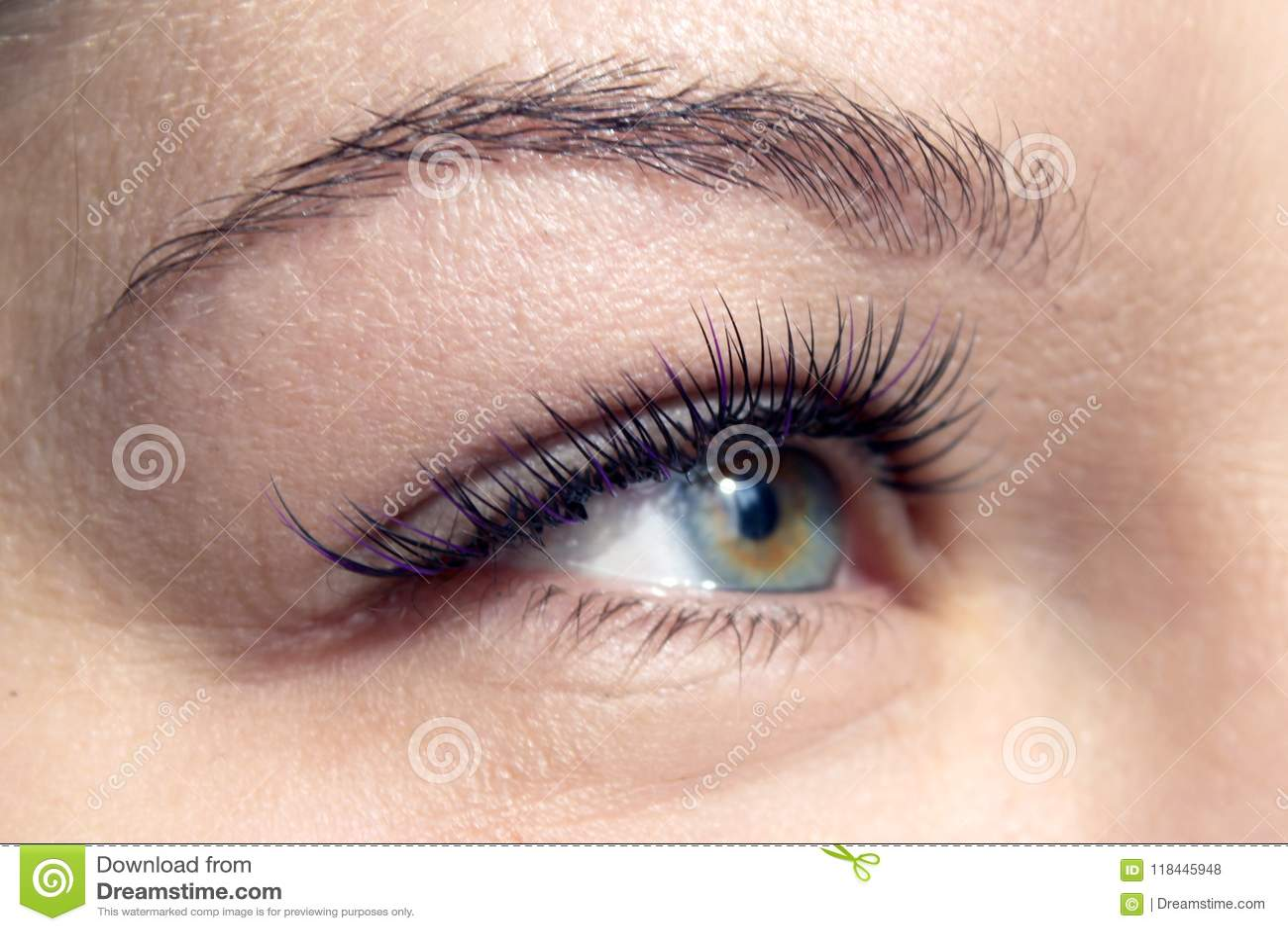 Macroschot van vrouwelijk oog met extreme lange wimpers