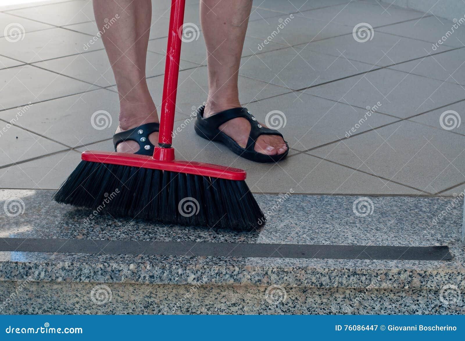 Madame balayant le plancher de marbre