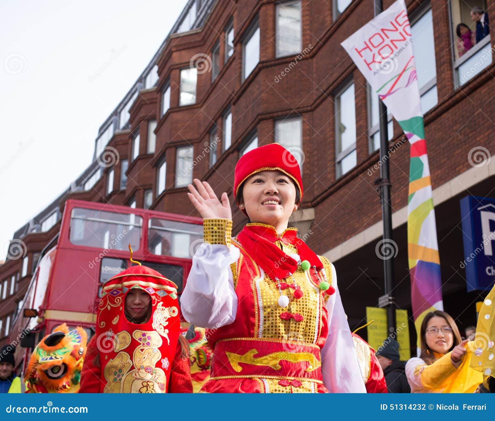 Madame s est habillée dans des vêtements de chinois traditionnel ondulant sa main