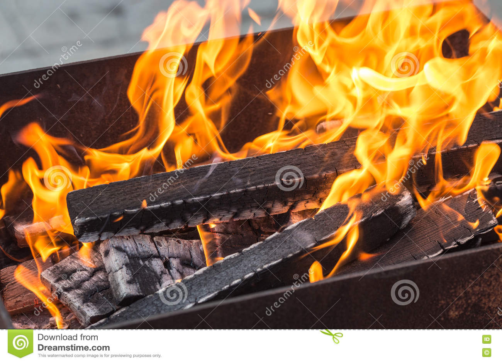 Madeira ardente em um caldeireiro