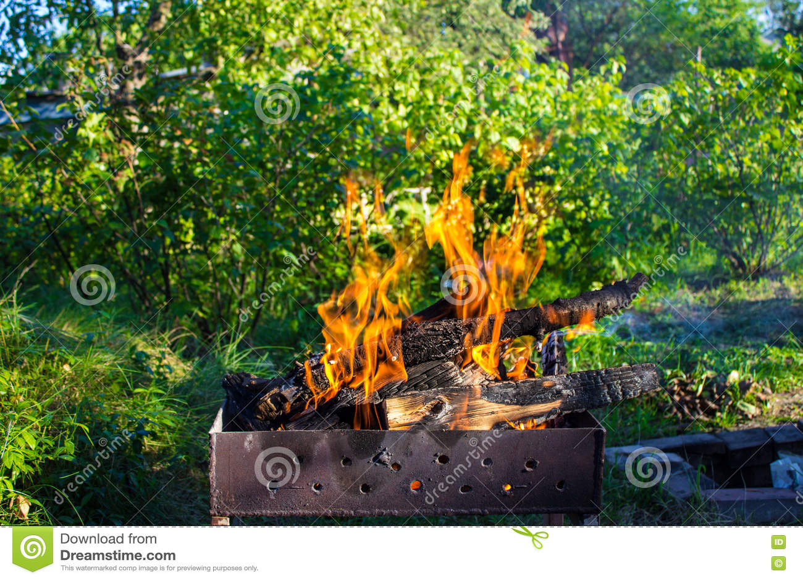 Madeira ardente em um caldeireiro Fogo forte na grade