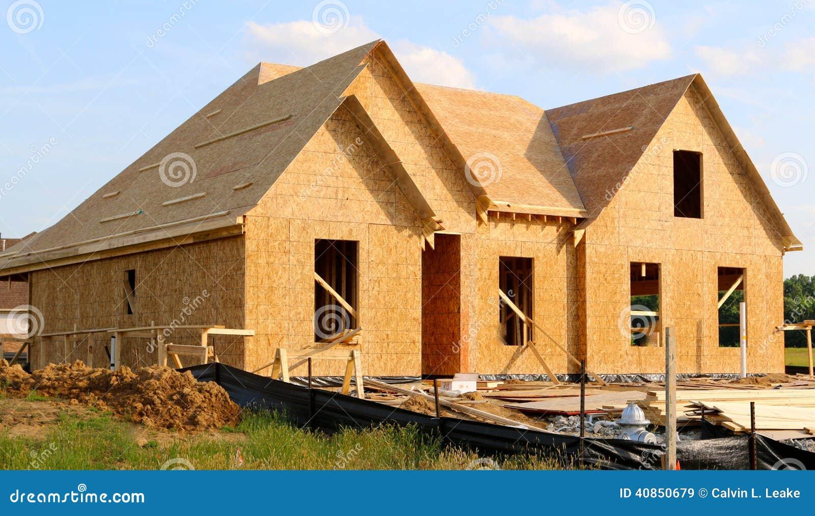A madeira cobriu o quadro de uma casa suburbana sob a construção