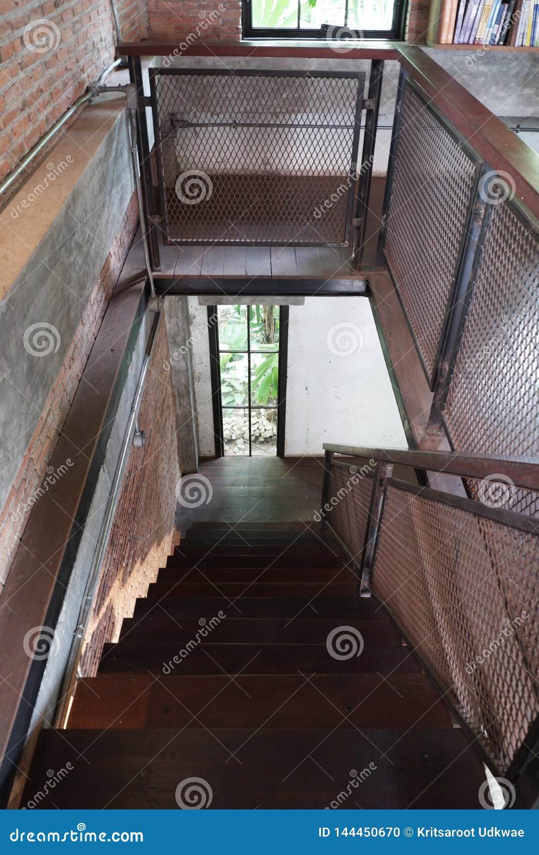 Madeira com metal da escada do s?t?o na casa