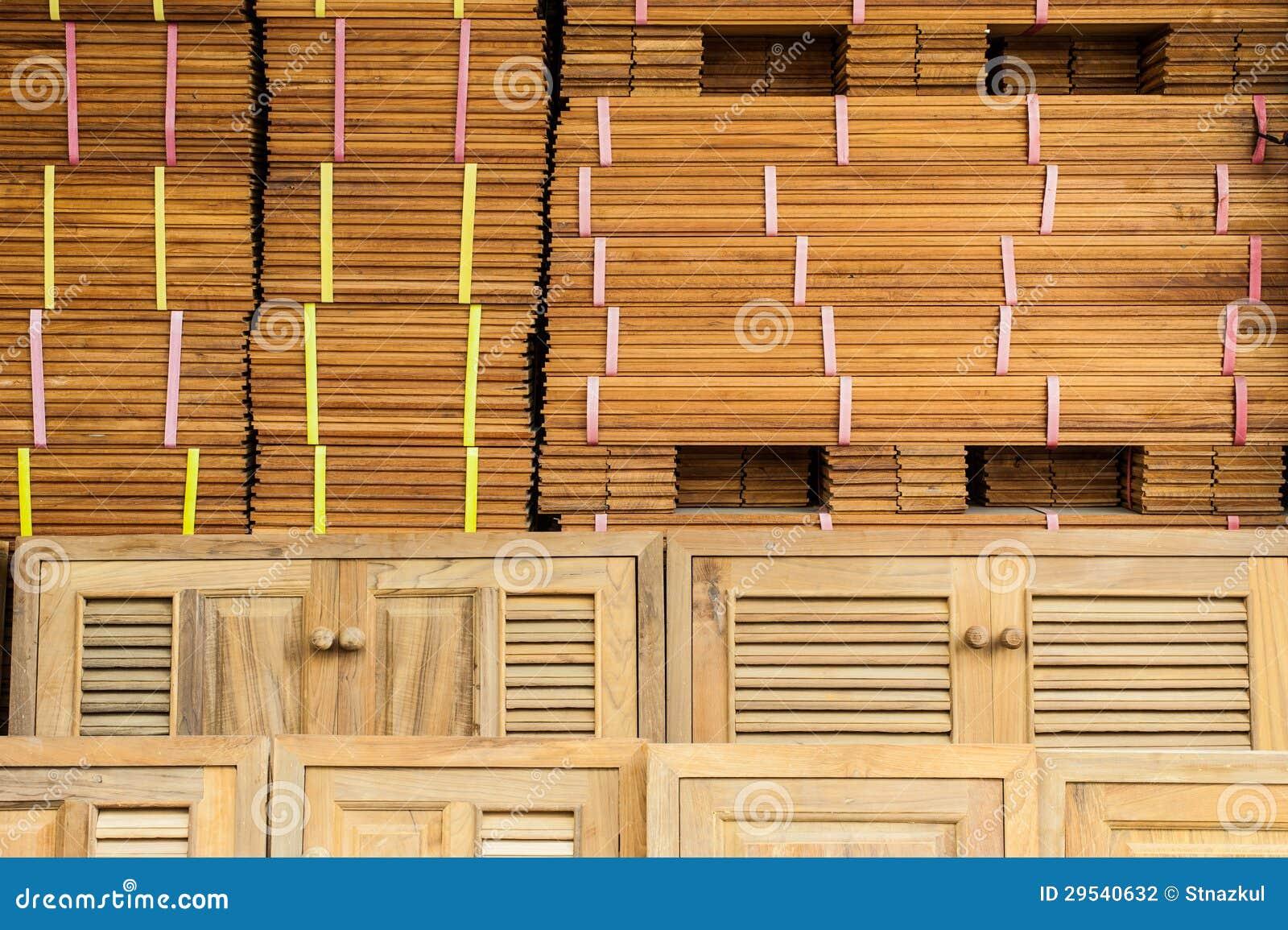 Madeiras e portas preparadas para a venda