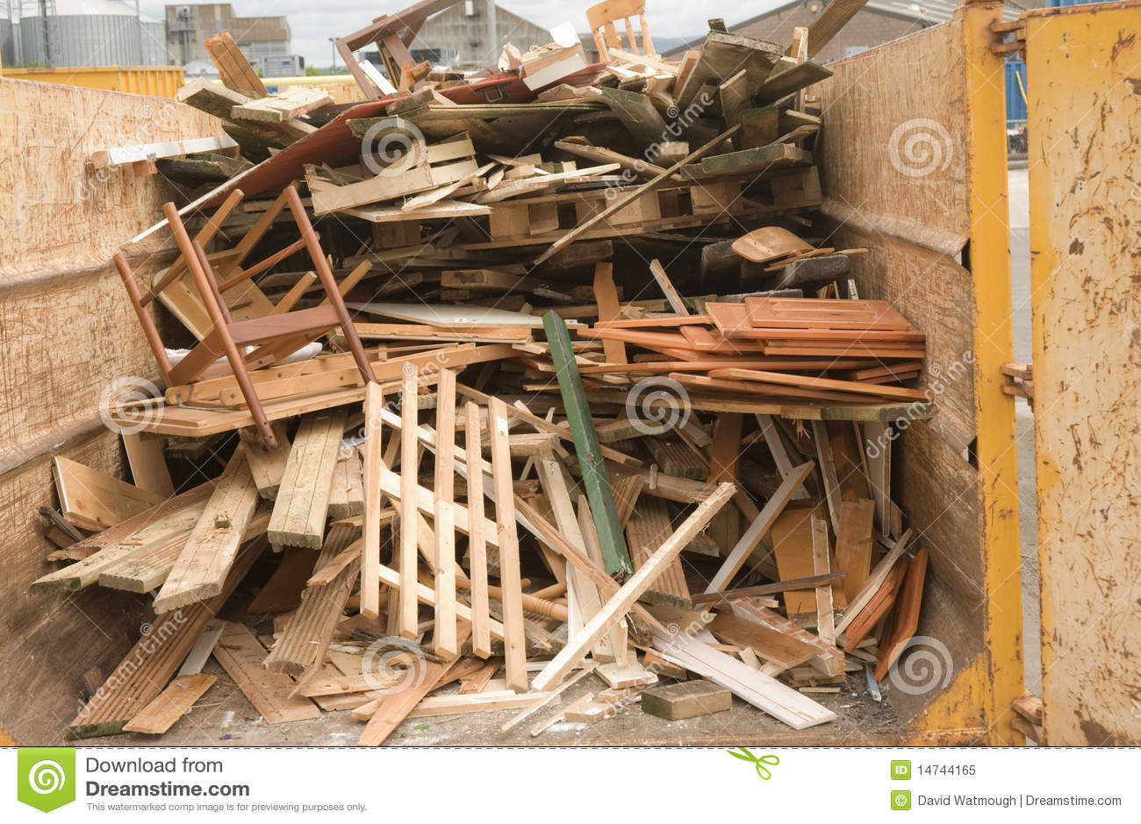 madera del desecho en un salto de reciclaje imagen de