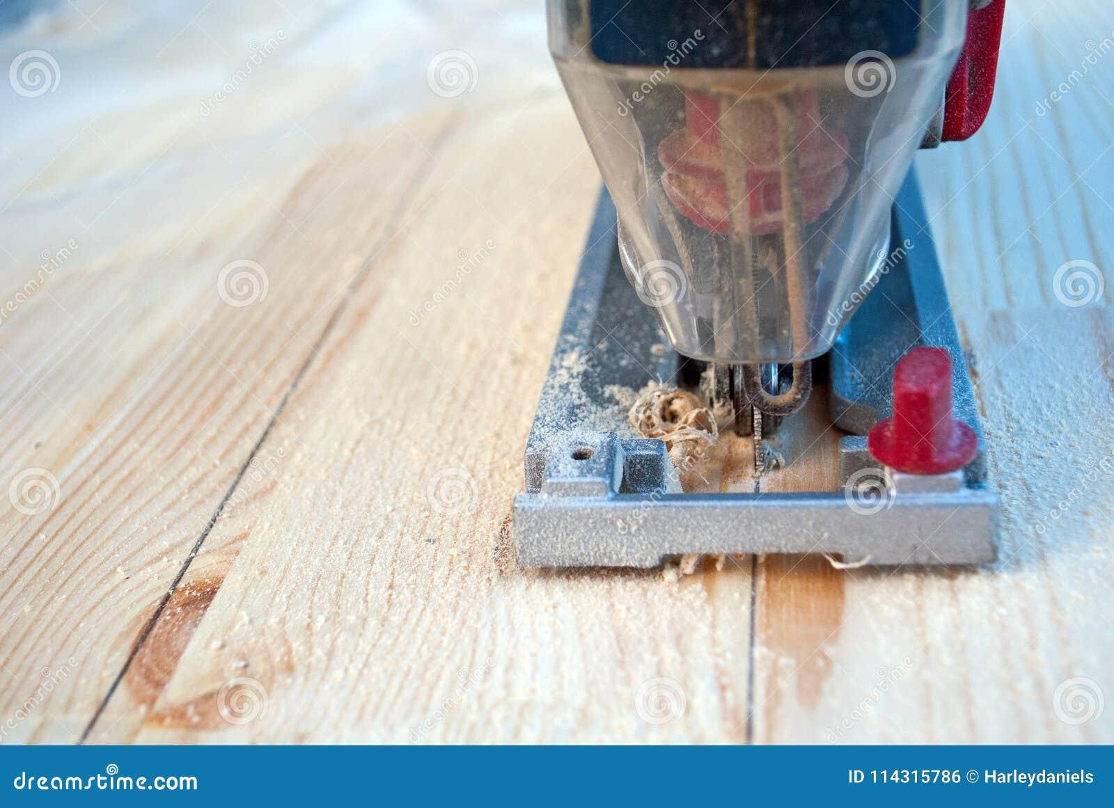 Madera del sawing con un rompecabezas
