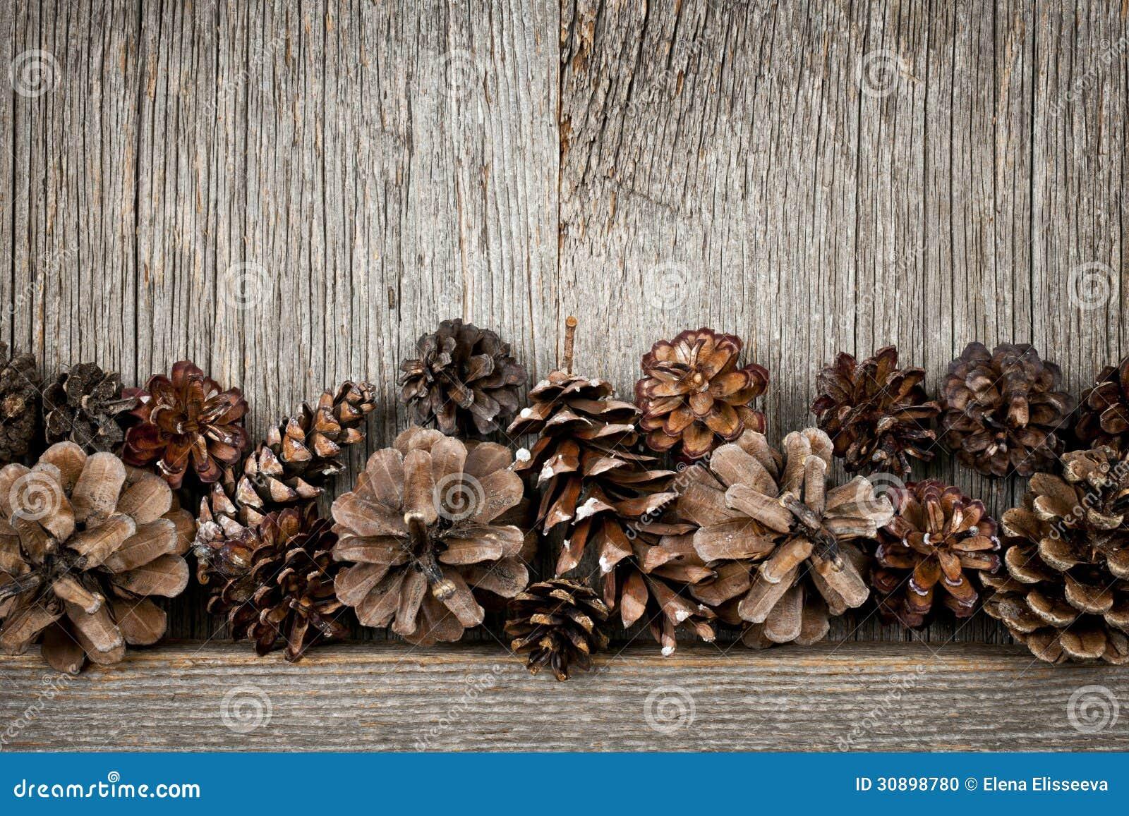Madera r stica con los conos del pino foto de archivo - Maderas del pino ...