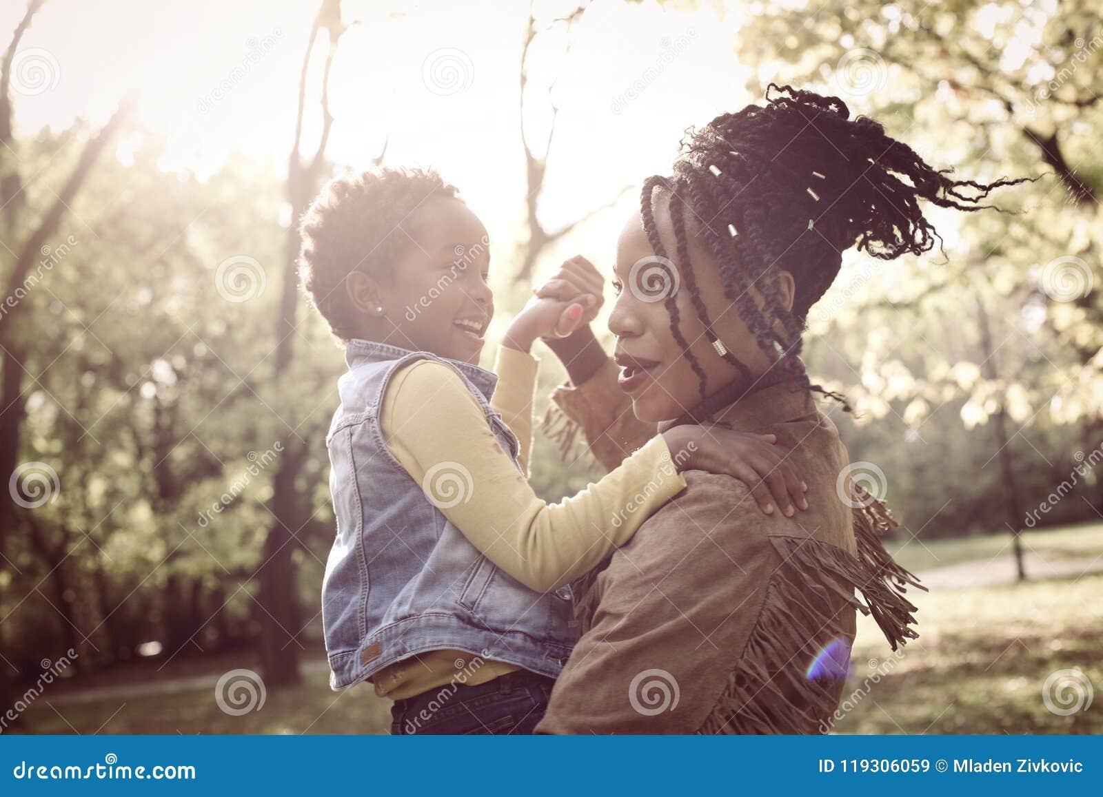 Madre afroamericana en naturaleza