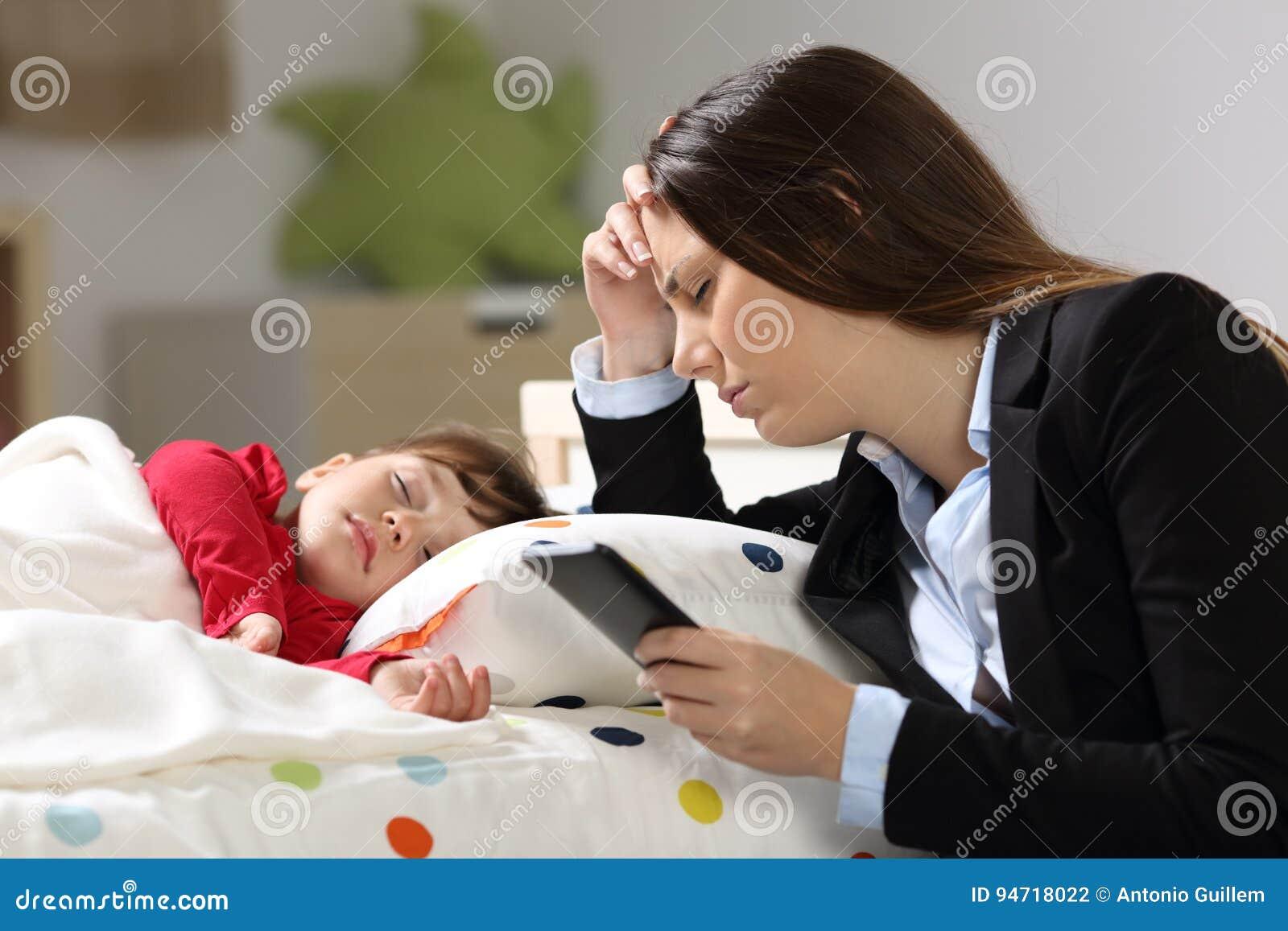 Madre cansada del trabajador con su dormir de la hija