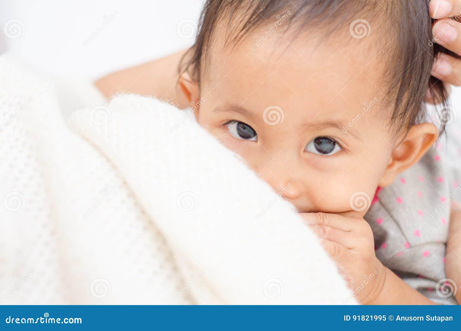 Madre che allatta al seno il suo bambino Il latte dal seno del ` s della madre è una n