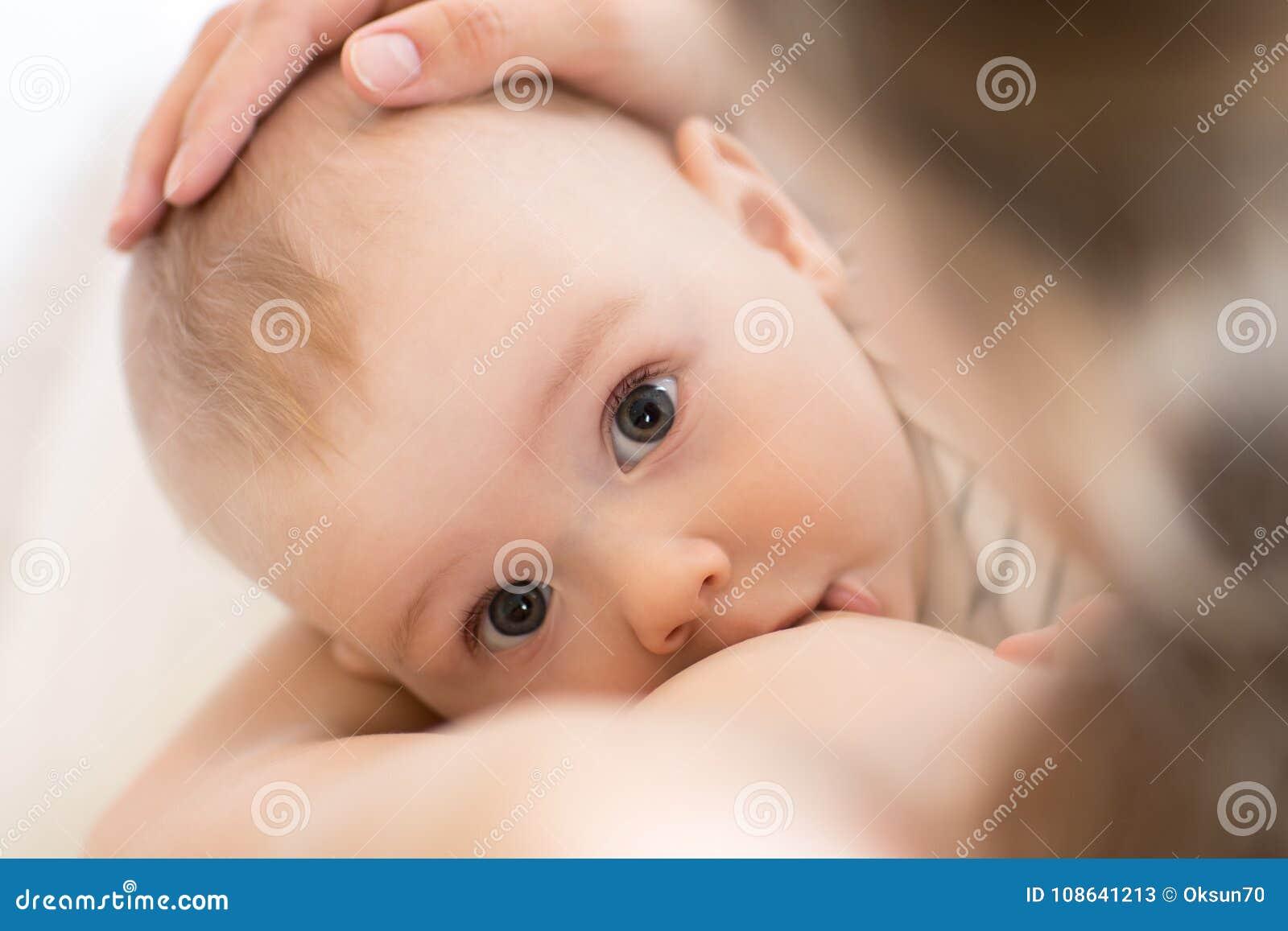 Madre che allatta al seno il suo ragazzino Bambino di professione d infermiera e di alimentazione della mamma Ritratto del primo